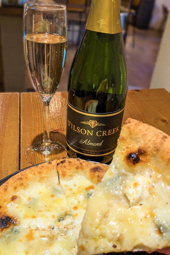 クラウドファンディング挑戦中の『アーモンドスパークリングワイン』を窯焼きピッツァと食べよう!