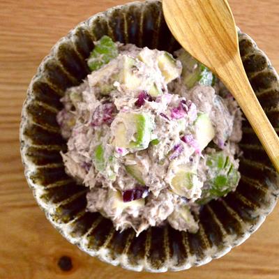 鯖缶とアボカドとしば漬けのヨーグルトマリネ