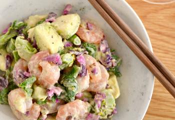 エビとアボカド、菜の花、しば漬けのサラダ