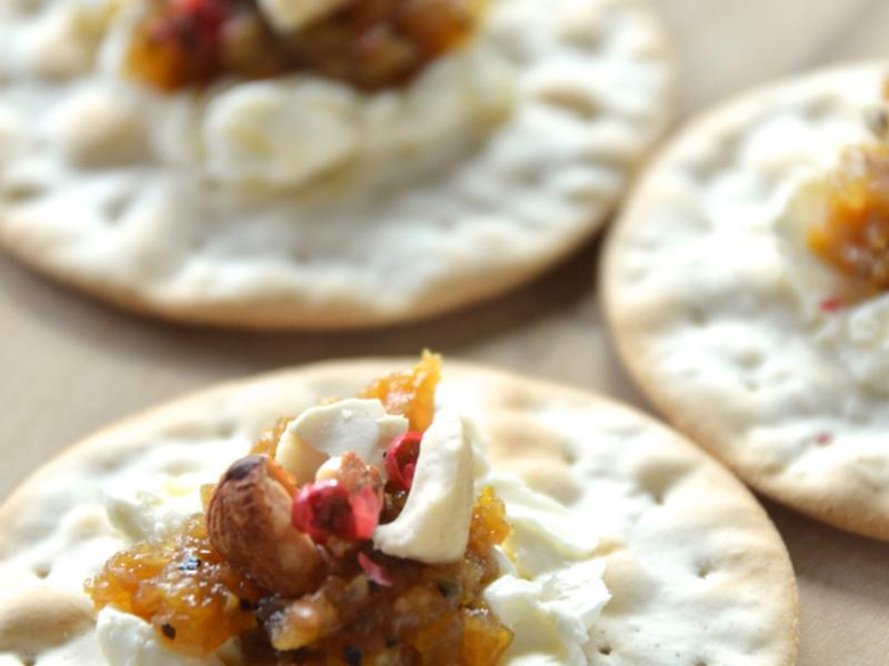 「柚子味噌ディップ」とクリームチーズのカナッペ
