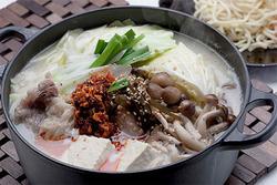 【ワインに合うスタミナ鍋レシピ】豚骨ラー油鍋