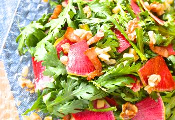 「春菊と紅芯大根とクルミのサラダ」ワインのおつまみ