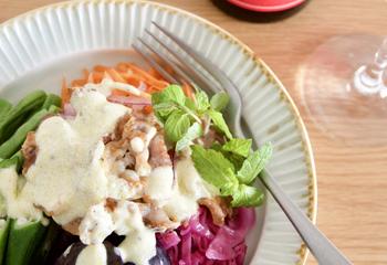 カリカリ豚バラ肉と彩り野菜のサラダ ヨーグルトドレッシグ