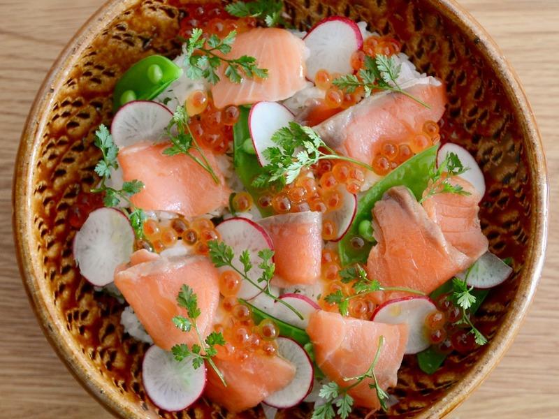 スモークサーモンとハーブのちらし寿司