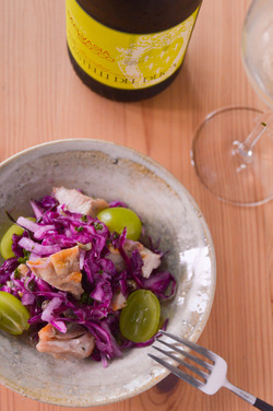 チキンと紫キャベツとシャインマスカットのサラダ