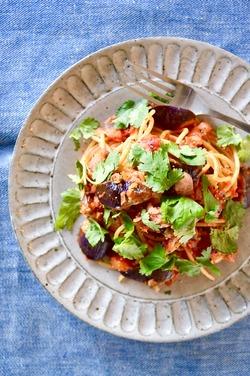 ナスとベーコンとパクチーのトマトソーススパゲッティ